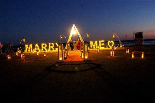 """""""Marry Me"""" Dev Işıklı Harflerle Sahilde Evlilik Teklifi"""